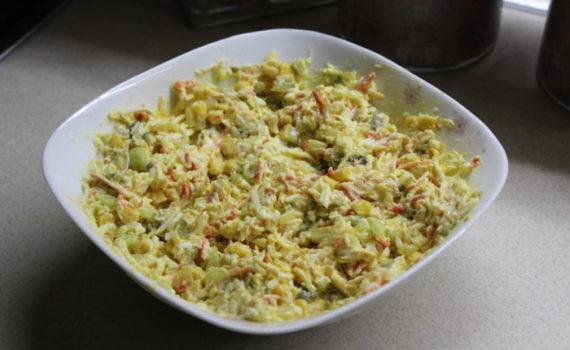 Салат с крабовыми палочками и кукурузой, огурцом и яйцом, с сыром и жеренным луком