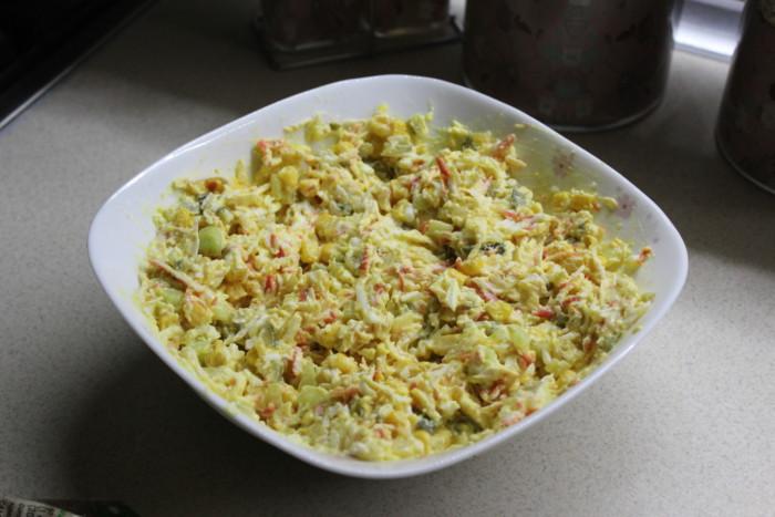 """Крабовый салат """"Пушинка"""" с жаренным луком - вкусная праздничная закуска"""