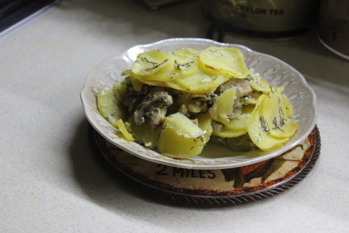 Картофельный гратен с чесночным соусом - вкусный и ароматный гарнир на скорую руку