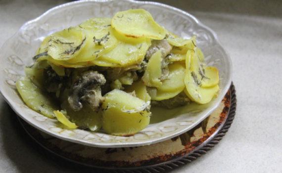 Картофельный гратен с грибами и чесночным соусом - французская запеканка из картофеля