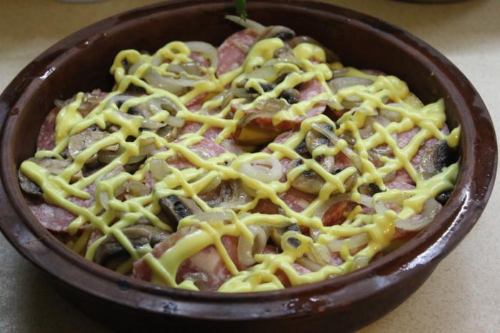 Картофельная запеканка с салями и грибами - вкусный и сытный гарнир