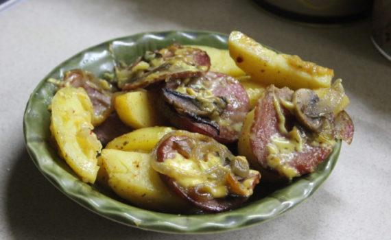 Запеченная картошка с грибами и колбасой