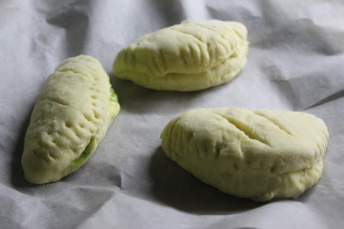 Дрожжевые булочки с луком и моцареллой