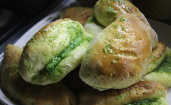 Дрожжевые пирожки с сыром и зеленым луком