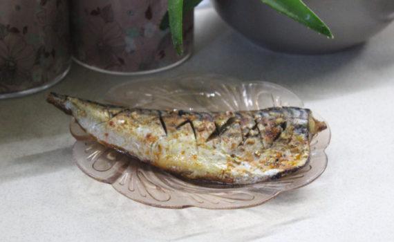 Скумбрия запеченная в фольге с розмарином и чесночным соусом