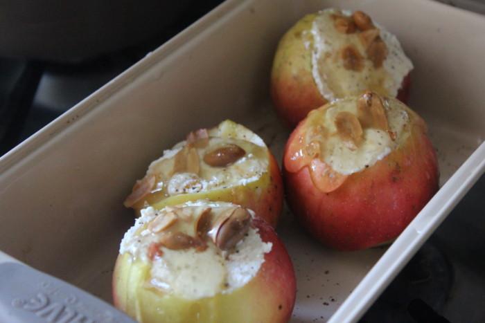 Запеченные яблока с творогом, медом и арахисом - вкусный и полезный сладкий десерт