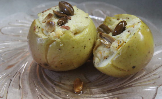 Запеченные яблоки с творогом, медом и арахисом - вкусный и полезный яблочный десерт