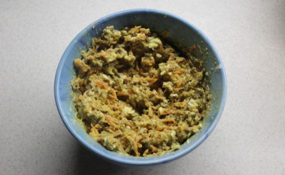 Печеночный салат с морковью, луком, яйцом и майонезом