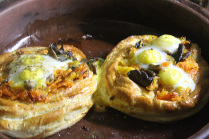 Слойки с яйцом и обжаренными овощами