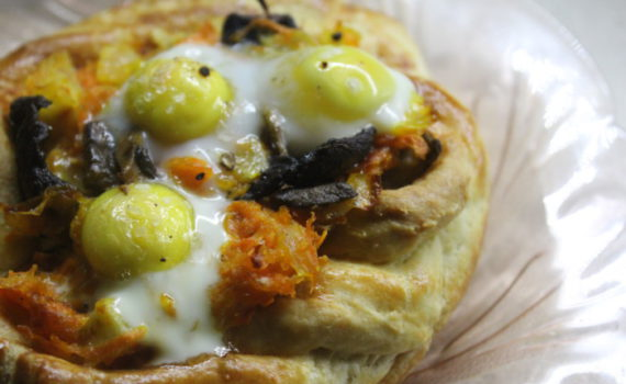 Слойки с яйцом и грибами - быстрая пицца из слоеного теста