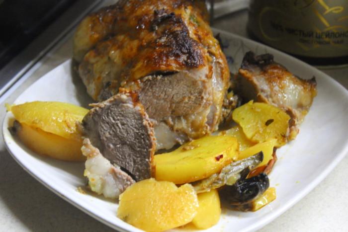 Жаркое из вешенок и свинины в духовке - просто и вкусно