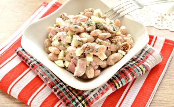Быстрый салат с консервированной фасолью и сухариками
