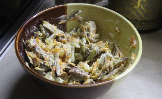 Деревенский салат из свинины с солеными огурцами, морковью и луком