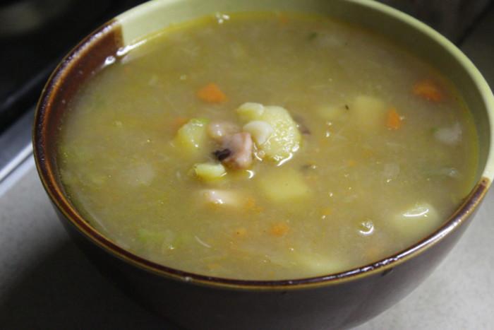 Пряный суп с морским коктейлем: креветками, мидиями, кальмарами и осьминожками